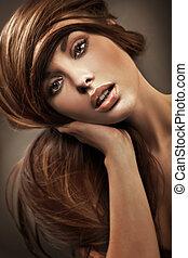 Retrato de una joven con cabello largo