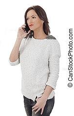 Retrato de una joven en un teléfono móvil