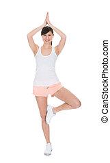 Retrato de una joven feliz haciendo yoga