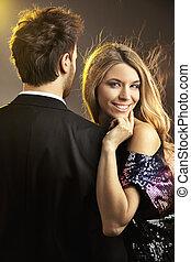 Retrato de una joven feliz sonriendo con su hombre