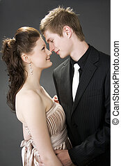 Retrato de una joven hermosa pareja abrazando.