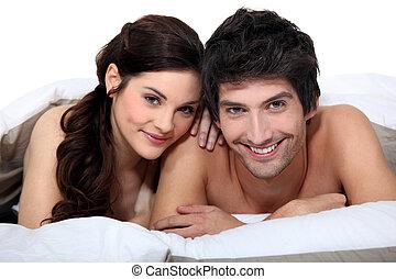 Retrato de una joven pareja en la cama