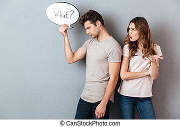 Retrato de una joven pareja teniendo una discusión