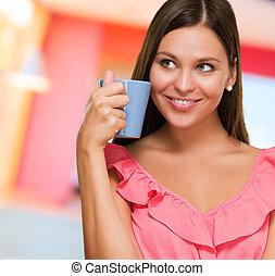 Retrato de una joven que sostiene la taza