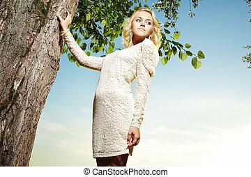Retrato de una joven rubia en el parque