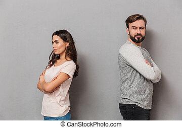 Retrato de una joven y decepcionada pareja teniendo una discusión