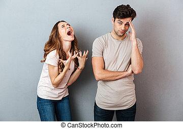 Retrato de una joven y molesta pareja teniendo una discusión