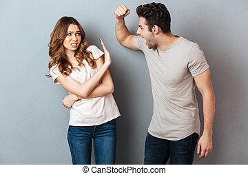 Retrato de una loca y furiosa pareja teniendo una discusión