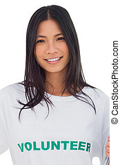 Retrato de una mujer atractiva usando camisetas voluntarias