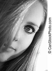 Retrato de una mujer con el pelo en el ojo