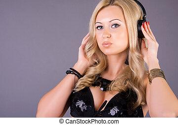 Retrato de una mujer escuchando música