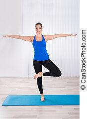 Retrato de una mujer haciendo yoga