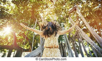 Retrato de una mujer sensual en el bosque tropical