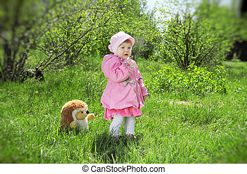 Retrato de una niña feliz en el parque