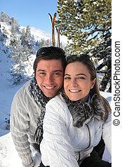 Retrato de una pareja esquiando en los Alpes