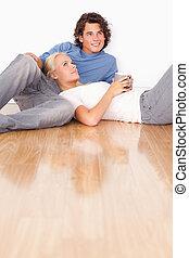 Retrato de una pareja sentada juntas