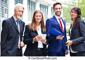 Retrato del equipo de negocios afuera