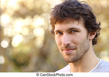 Retrato facial de un hombre adulto atractivo