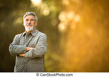 retrato, hombre mayor, aire libre