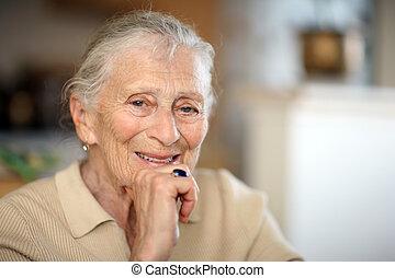 retrato, mujer mayor, feliz