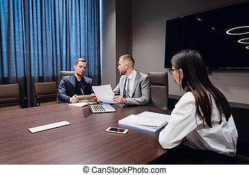 Reunión de compañeros en la sala de conferencias para discutir el proyecto en la oficina