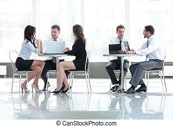 Reunión de equipo de negocios en la oficina. Concepto de comunicación.
