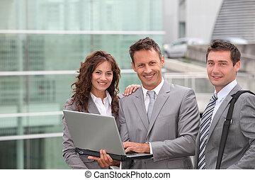 Reunión de equipo de negocios fuera de la oficina