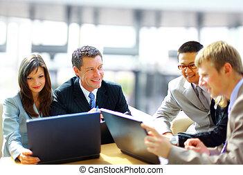 Reunión de negocios, el gerente discutiendo el trabajo con sus colegas