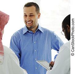 Reunión de negocios en el Medio Oriente