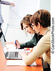 Reunión de negocios, grupo de jóvenes ejecutivos trabajando juntos