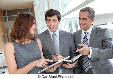 Reunión del equipo de negocios en la sala
