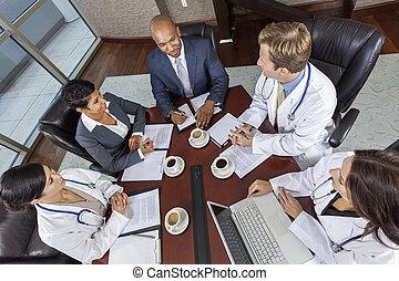 Reunión del equipo médico interracial en la sala de juntas