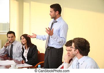 Reunión informativa de negocios - discurso del jefe
