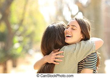 reunión, mujeres, dos, feliz, calle, se abrazar