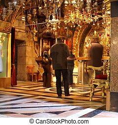 Reza en la iglesia de Jerusalén