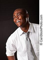 Riendo afroamericano