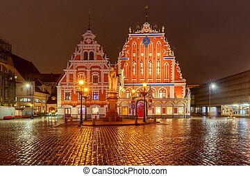 Riga. Ciudad cuadrada por la noche.