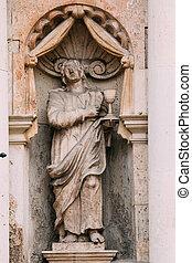 Riga latvia. Cerca de la antigua estatua del hombre con tazón en la fachada de la iglesia St. Peter,