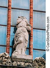 Riga latvia. Una antigua estatua sin cabeza de mujer al estilo barroco