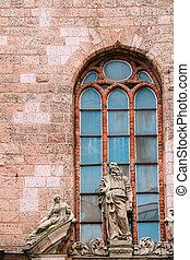 Riga latvia. Vista cercana a la antigua escultura de piedra caliza en la fachada