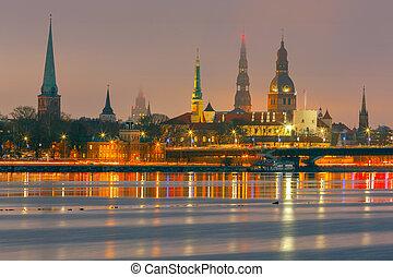 Riga. Mira la iglesia de San Pedro por la noche.