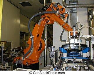 Robot naranja preparado para el próximo proceso de trabajo.