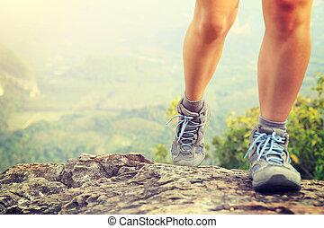 roca, mujer, piernas, excursionista, pico de la montaña, montañismo