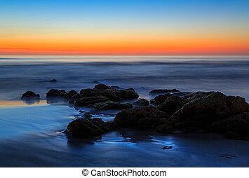 Rocas de playa al amanecer