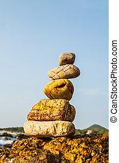 Rocas en la costa del mar en la naturaleza