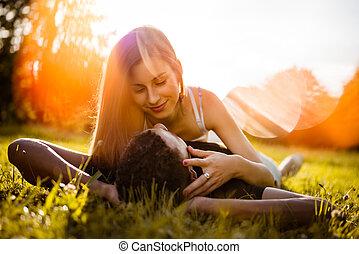 Romance al aire libre, parejas jóvenes abrazándose