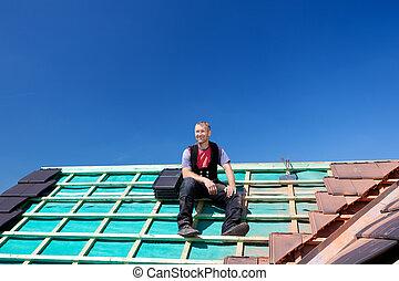 Roofer descansa sobre un techo