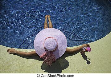 rosa, biquini, mujer se relajar, poolside