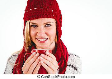 Rubia festiva sosteniendo una taza