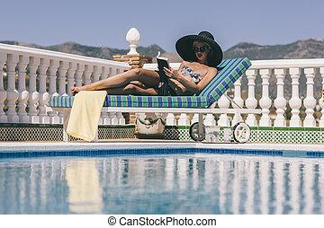 rubio, lectura, niña, relajante, poolside